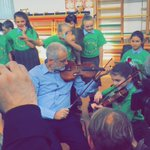 Corbyn plays the violin as a child dabs behind him. Beautiful https://t.co/8VTLUIuVtg