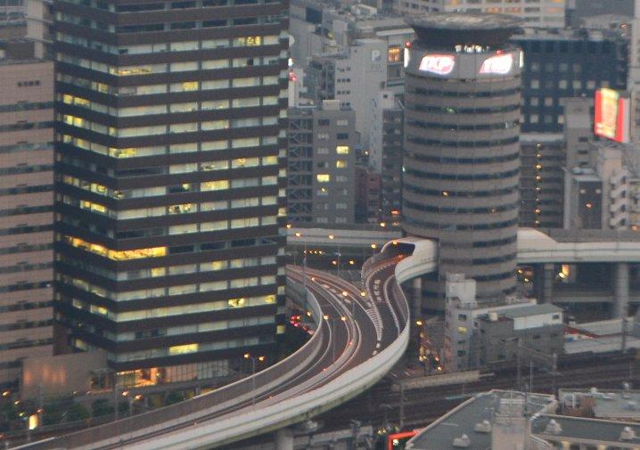 阪神高速11号線の梅田出口。改めて見るとどうしてこうなった感と建築技術の偉大さを感じる。 https://t.co/4imnMTOhKU