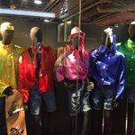 渋谷のロフト行ったら、SMAPだった。センターにピンクの帽子、赤い服のラフさと腕の乗せ方、青い服マネ…