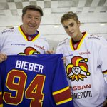 A huge honor for #Jokerit to have @justinbieber on the ice with GM Jari Kurri and other Jokerit legends today in Helsinki. #JustinBieber https://t.co/7mSN3QFAvI