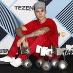 dajcie rt dla Justina ktory nie mogl pomiescic w rekach swoich nagród rok temu 💁🏼💅🏼 #EMABiggestFansJustinBieber https://t.co/mtqGoO9FVZ