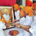 School students pay tribute to #ShaheedBhagatSingh on his birth anniversary in Patiala, #Punjab. https://t.co/v9YizpIMdl