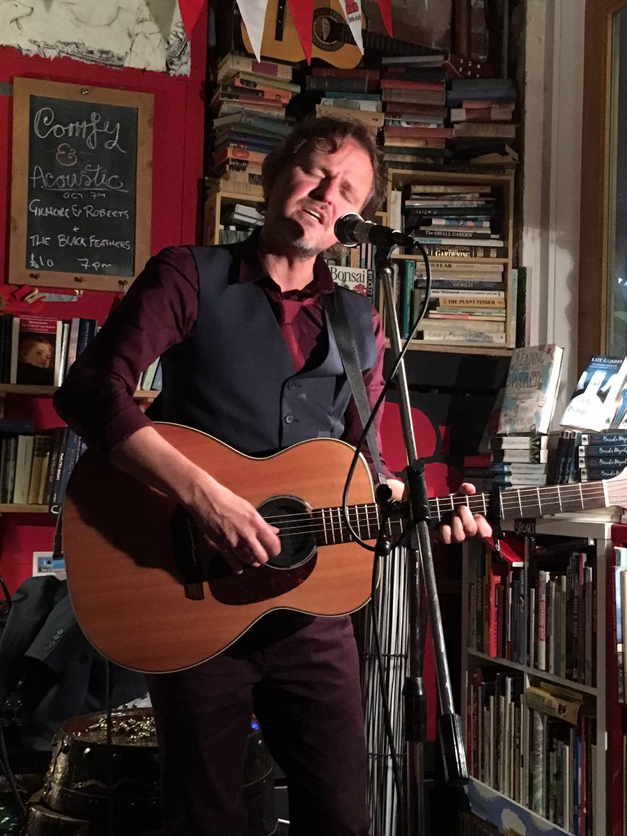 Fantastic set from @tommcrae at @bigcomfybooks' second birthday party (there was cake!) https://t.co/jwnh1uEpyt