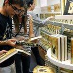 Noche de euforia para conseguir en nuevo libro de Harry Potter que sale a la venta en España https://t.co/pIbwyZi484 https://t.co/1wx8FuwhxV