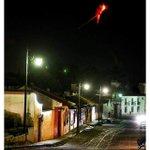 Así se observa esta noche la erupción del Volcán de Fuego desde la Antigua Guatemala 😍 😍 😍. Foto de Nelo Mijangos https://t.co/1mWzbZJeSF