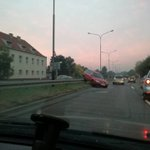 #Poznan o tak zaparkował passat na Niestachowskiej. Nie polecamy naśladować ;) foto Patryk. https://t.co/jLpLAlMOk2