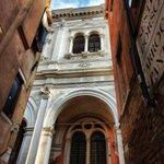 Alzando lo sguardo a #Venezia #detourism https://t.co/TifGshP0Be Foto di @labettarossa @Pietrogg72 @SguazzinFabio https://t.co/tLWXdKHUL5