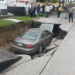 """Enorme socavón se """"traga"""" un auto - Reporte Noreste https://t.co/jZuQh1ajrK #CdMadero #Tampico #Tamaulipas https://t.co/fM7gGnAJJ2"""