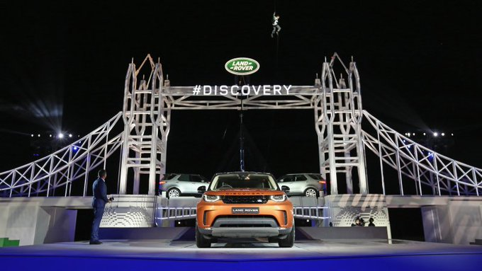 Autoblog @TheRealAutoblog: Legos, leaping dogs, and more: Cool things about the 2018 @LandRover Discovery https://t.co/orttKuOAEe https://t.co/2kIN96WVRQ