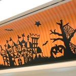 【つり革が魔女の帽子に!?】 リゾートライナーの車両内もハロウィーンの装飾に様変わり☆こんなつり革もあるんですよ!ディズニーリゾートラインに乗って、ディズニー・ハロウィーンを楽しもう♪ https://t.co/j3YEGzAQpL https://t.co/wysNj8IFoD