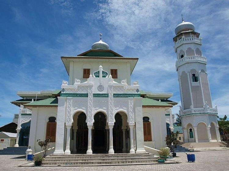 Masjid Baiturrahim Ulee Lheue, Banda Aceh. Salah satu masjid yang selamat dari terjangan tsunami #JumatBerkah https://t.co/DOP8EBPnvL