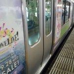 大崎駅にて、ラブライブ!山手線の最後の勇姿を見てきました。同じ目的の方々もたくさんいました。地下鉄使…