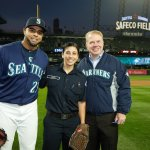 Firefighter Amina Saleh and @MayorEdMurray throwing the first pitch with @ncboomstick23. Go @Mariners! Beat Oakland! https://t.co/Ye2GpQV3Dw