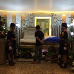 LOOK: A fan in slippers paying his respect to Miriam https://t.co/L3WYUA4cID | @gcabacunganINQ #RIPMiriam