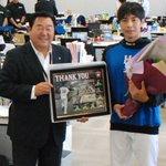 武田勝選手が球団事務所へ引退の挨拶に訪れました。 #lovefighters #宇宙一を目指せ #爆ぜる #俺のために優勝しろ https://t.co/AXt6MEbdn2