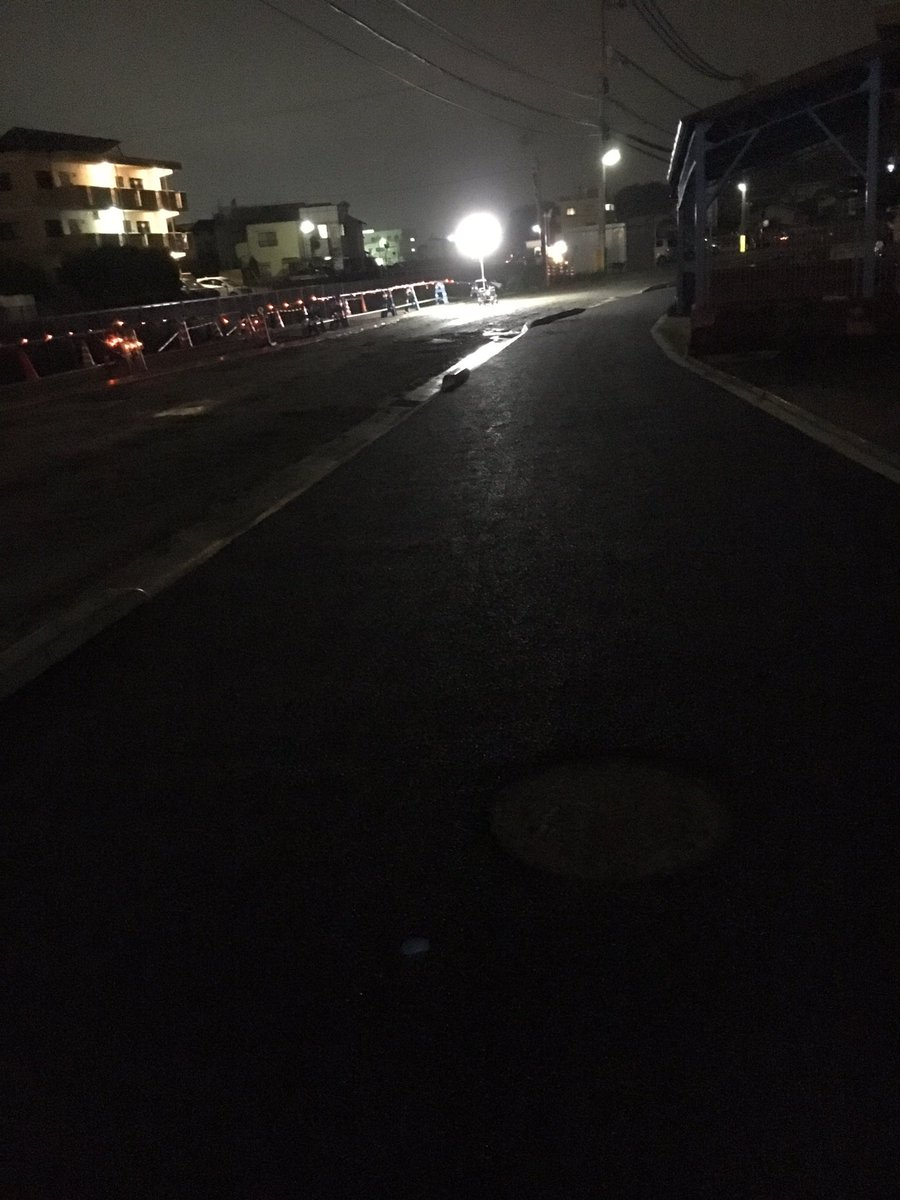 えみん家の下の道路広くなりよるけどうーん、歩道と道路の広さ変わらん。 まぢ意味わからん😭ゎら後、夜中の工事うるさいです。