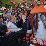 Una multitud acompaña a la Virgen India desde Sanagasta a La Rioja. https://t.co/vhmxjyF5f7 https://t.co/B4agBxxmwq
