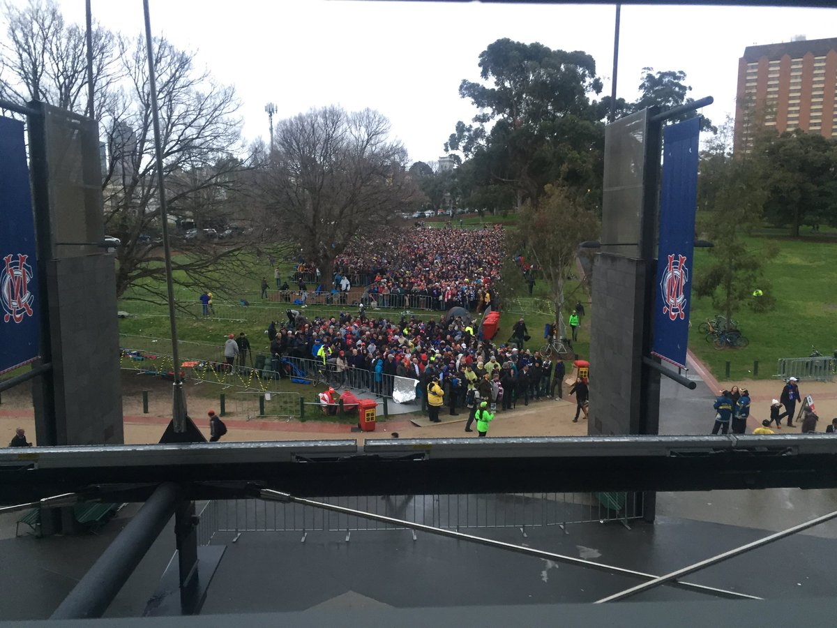 6.20am: An early look at the queue outside Gate 2 for #AFLGF. https://t.co/LpPTzSKSaP