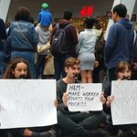 Group protesting #H&M using sweatshops to make their clothing - Sylvia Park opening @rnz_news @radionz https://t.co/7RgKyxzcoL