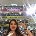 [161001] #SongJihyo selfie with the crowd at the Shoopening Event at MY (cr shoopenmalaysia IG) #SongJiHyoinMY #송지효 https://t.co/FyFaXacPnA