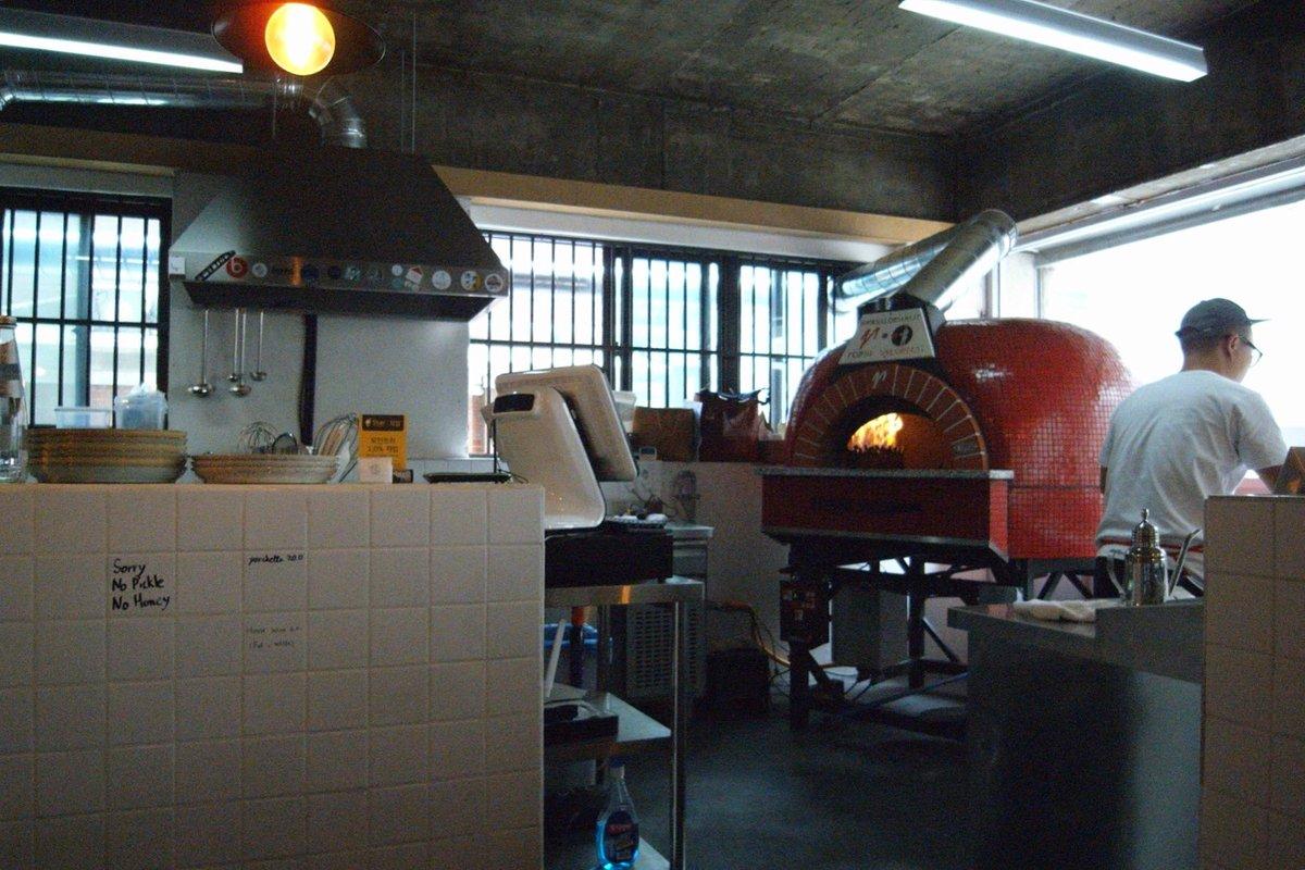 망원동 피제리아 이고 원래 맛있던 피자가 호주에서 열리는 피자 대회에 다녀 오신 후 더 좋아졌다. 아스파거스 구이도 다시 시작했고, 고기로 마무리 할 수 있게 포르케타도 메뉴에 추가됐음. https://t.co/2qaSjFGGMM