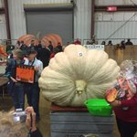 Steve Connolly of Sharon MA smashes @TopsfieldFair giant pumpkin record at 2,075.5 lbs. https://t.co/Xl5HthGdFe