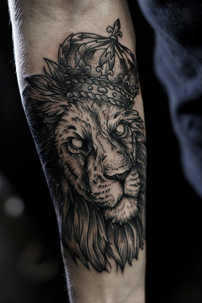 Лев на предплечье тату