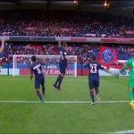 Les Parisiens qui viennent fêter la victoire devant les Ultras. Cest beau. #PSG https://t.co/iqV4Jr9chG