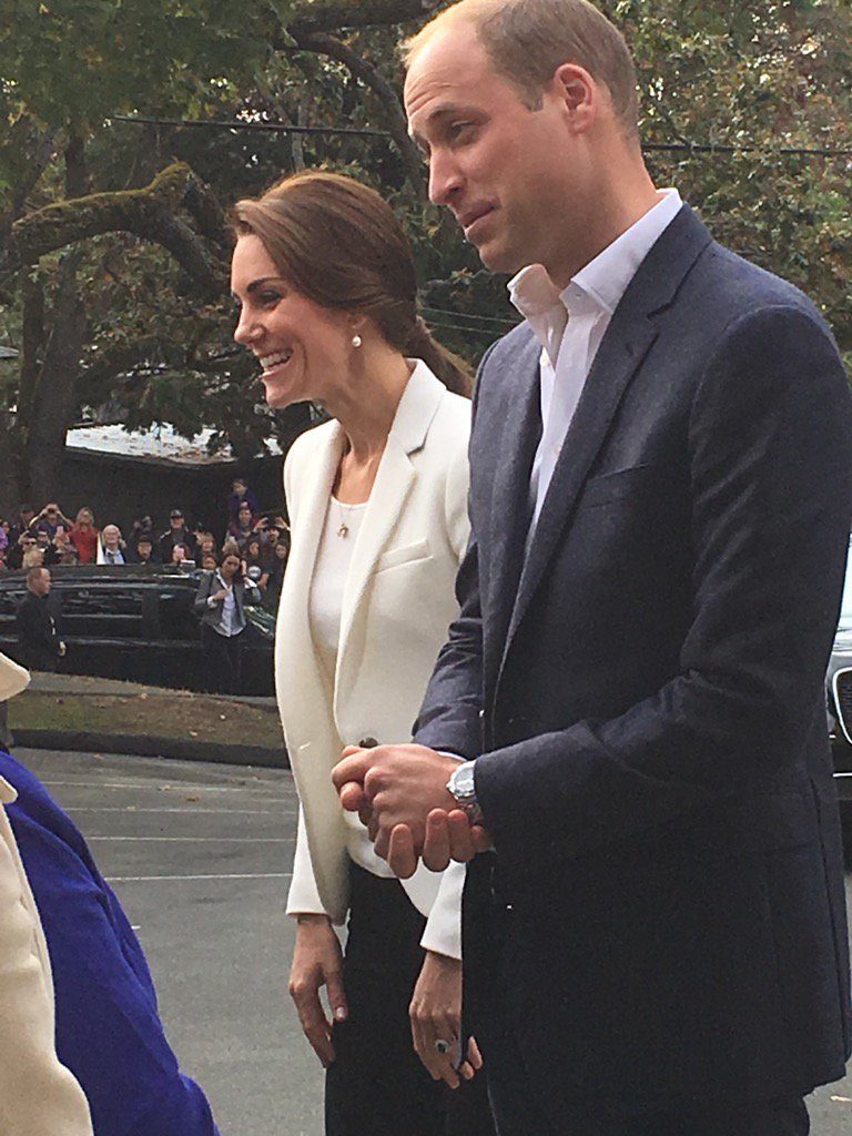 Kate flying flag for high street in Zara jacket and Zara jeans https://t.co/s8cNZA4PFZ
