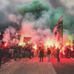 Quelle ambiance à Saint-Etienne avant le départ des joueurs vers Lyon 🔥😳 https://t.co/4fLiCEpQS9