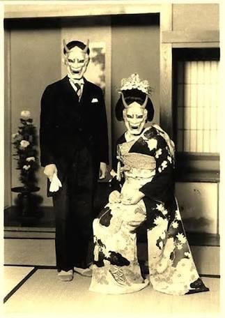 私の祖父母も昭和初期にこんな感じの結婚式写真を撮ってるんだけど、他にもこういう風に撮っている方々の写真を見つけたから、安心した。祖父母は「流行りみたいな感じだったのよねー」って言ってたけどまじROCKだなって思ってる。 https://t.co/DHhG5T5tH9