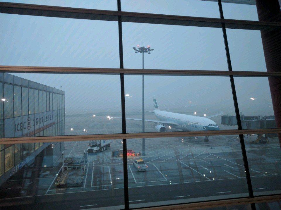 霧雨が降ってると思った?残念!PM2.5な晴天でした! (@ 北京首都国際空港 in Beijing) https://t.co/oiSnuFEwcu https://t.co/0qU1OakAOW