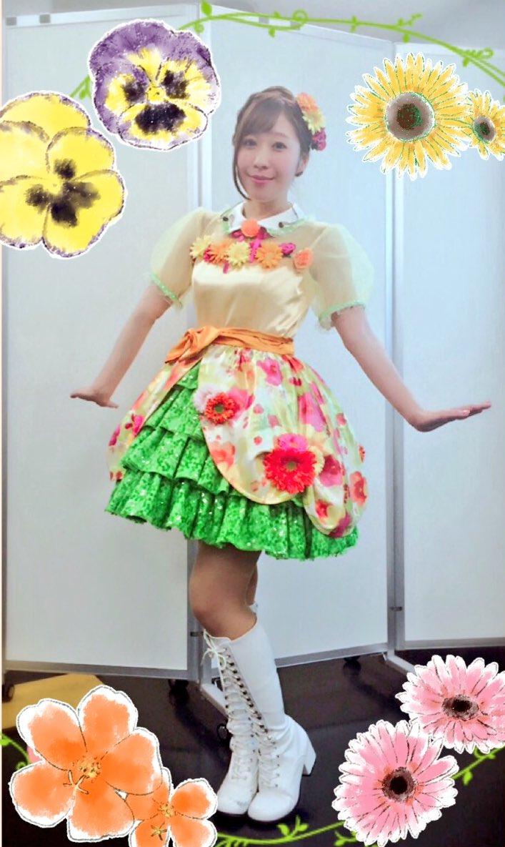 昨日は甘い花束な夕美ちゃんの衣装を着せていただきました( ´ ▽ ` )ノ!とっても華やか!スカートのスパンコールもお花の形のもので、こだわりが素敵でしたっ!可愛くって着られるのがとっても幸せでした♡
