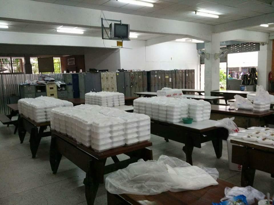 พี่น้องอุเทนถวาย มุ่งหน้าท้องสนามหลวง ส่งข้าวกล่อง จำนวน 909 กล่อง...ขาดไป 90 กล่อง...งบหมด https://t.co/hRzVSUYRzx