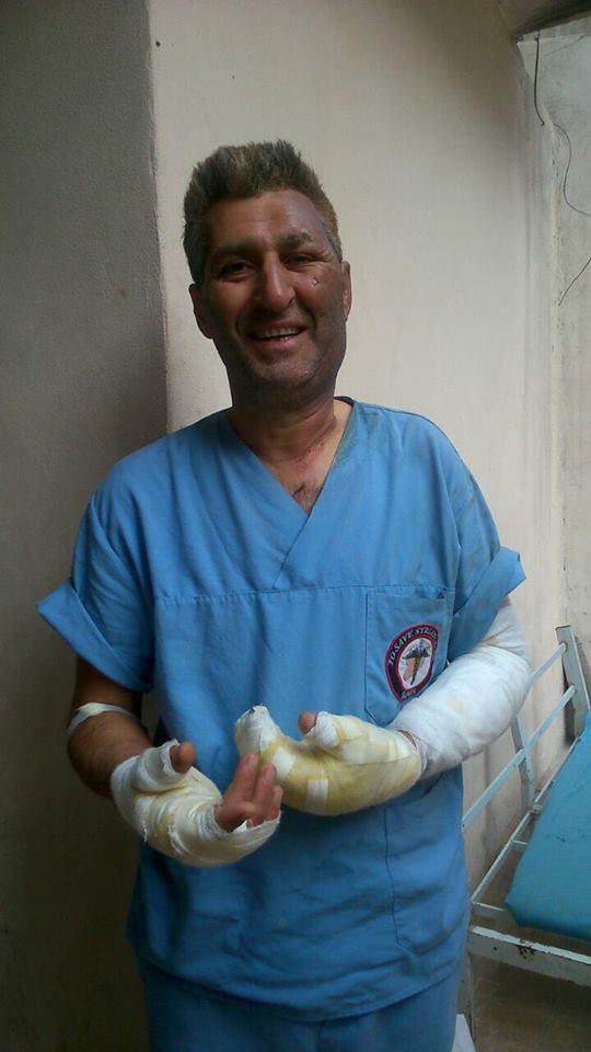 وبمثل هؤلاء مازالت #حلب صامدة صابرة قوية. أحد أطباء #حلب المصابين بعد قصف يوم أمس أحد المنشئات الطبية فيها. https://t.co/ug2eFgOhSC