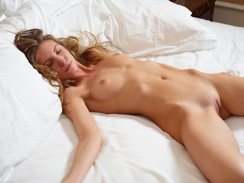 Женщины голые в постели видео