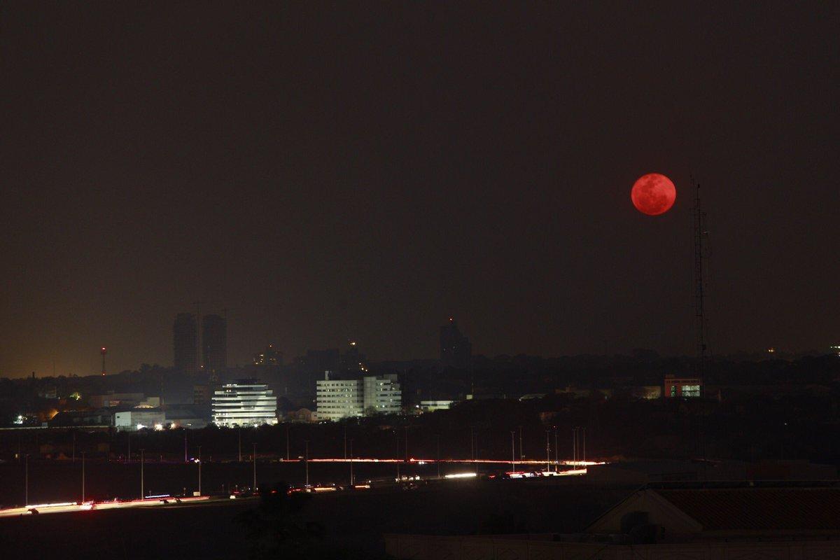 Foto de la #superluna a pesar del humo y el cielo nublado https://t.co/jigQREKpKG