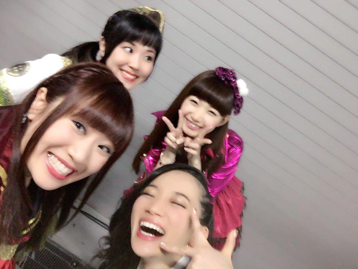 ほんで、次の日、やすきちに頑張れー!!って4人で写真撮って送ったんだー!!みんないい顔しとるでしょ!うちのメンバー最高だからね!!イエイ!