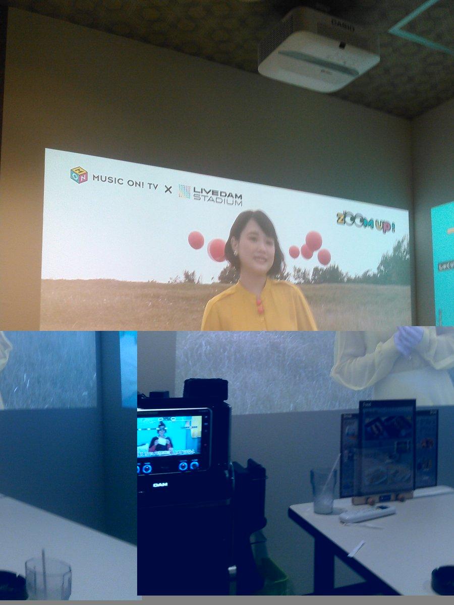 カラオケなう笑壁に櫻子さんが...!!爆笑2画面になってて右はサンキュー。のPVで左側はここ限定の大好きの舞台裏の動画!