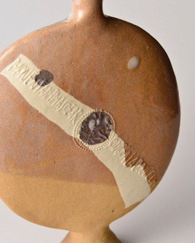 八木一夫 欧文詩扁壷 Vase正面には、ボードレール『悪の華』に収録された「旅への誘い」の冒頭部分が記されている。Mon