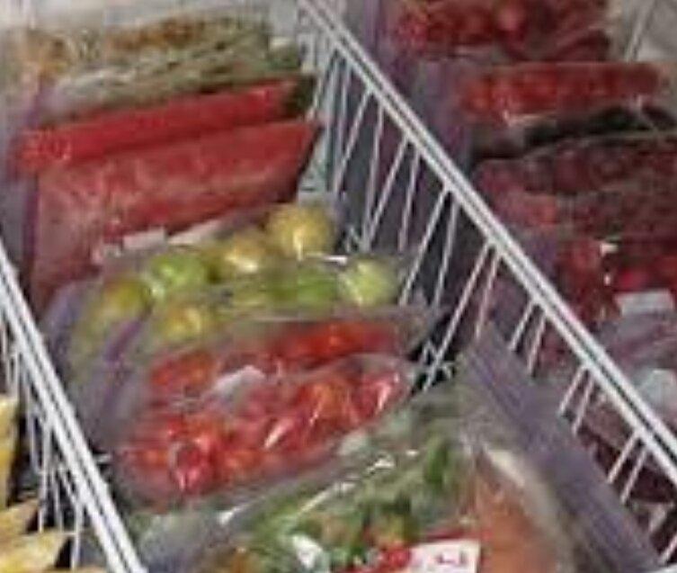 痛みそうな野菜、果物、みんなフリージングします〜。それをヨーグルトや、レモン、蜂蜜などとミキサーする!美味しいスムージー