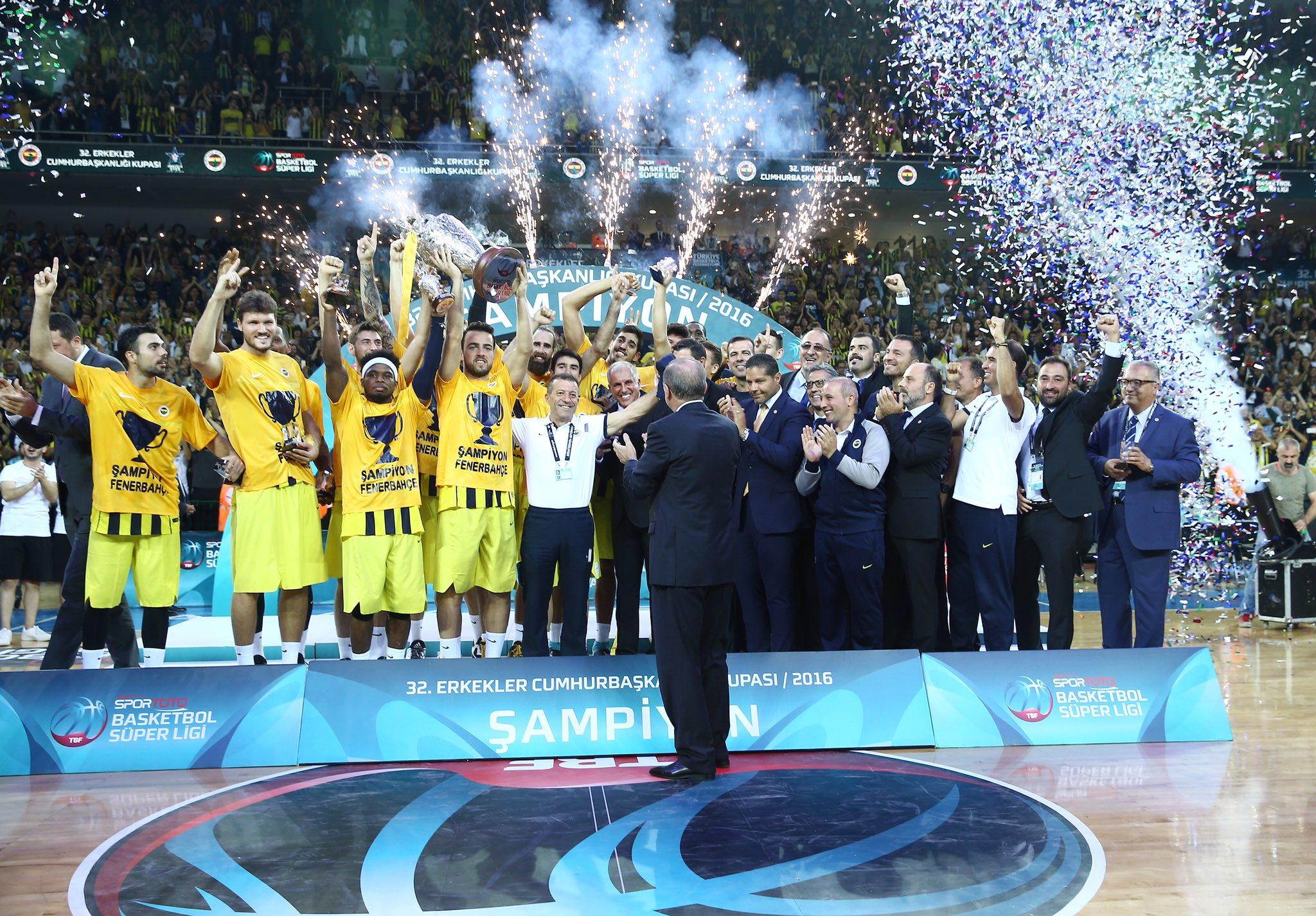 Basketbolda 32. Erkekler Cumhurbaşkanlığı Kupası'nı kazanan @FBBasketbol takımını tebrik ediyorum. https://t.co/AdR0KI2HPR