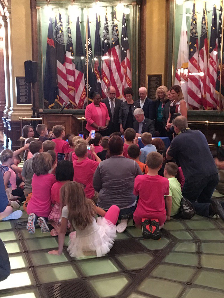 Bonus for 4th graders from Otsego on Capitol tour - getting to see @onetoughnerd sign the 3rd grade reading bill https://t.co/k8uxOgAt9h