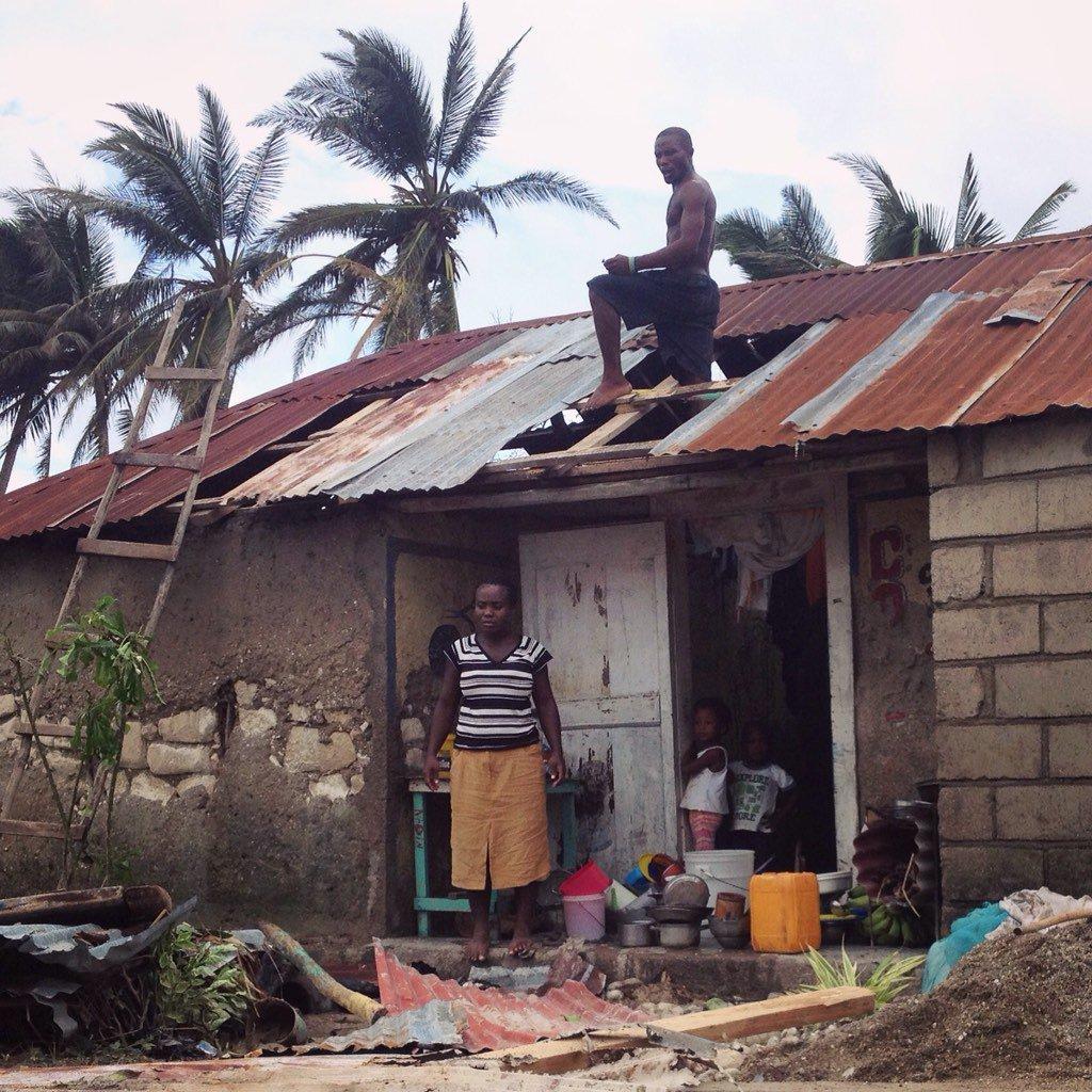 La première aide après une catastrophe vient toujours des Haïtiens. Les Cayes, #Haiti #Matthew https://t.co/DAF2X4K3XR