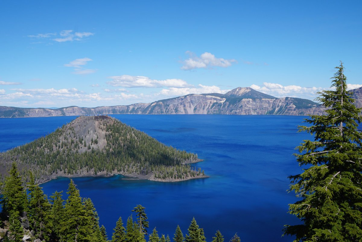 No filter. The water @CraterLakeNPS really IS that blue. #OnTheTrail to deepest lake in the US, this @CBSSunday https://t.co/O5BSDQUVn3