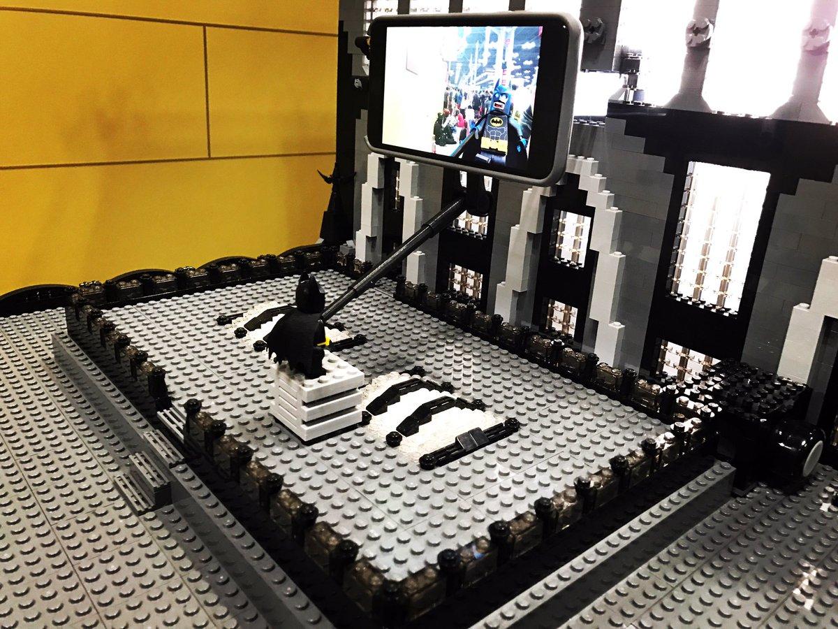 It's the little things in life that count, Like Batman taking a selfie with peeps. #LegoBatman #NYCC https://t.co/VmEJbCoor3