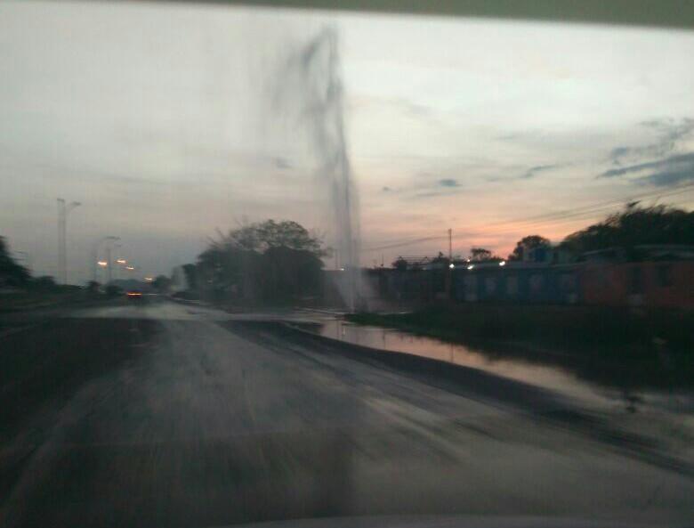 """¡Agua que se pierde! Usuarios denuncian """"fuga"""" de agua en varios tramos de la intercomunal Coro-La Vela https://t.co/7FfTf8H1cY"""