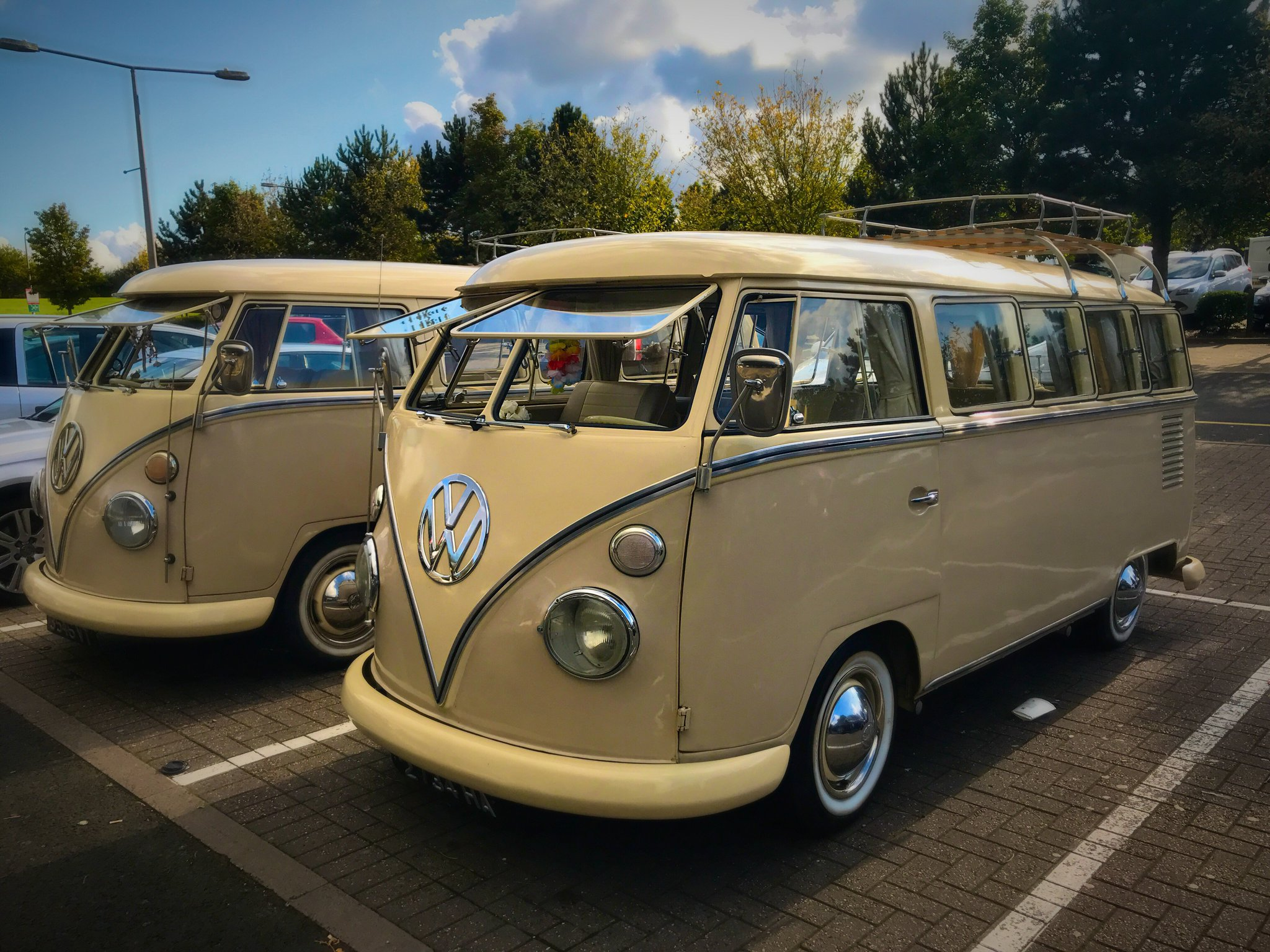Saw these two beauties parked next to each other at a services today #classics #vwbus https://t.co/DEExHu55iA