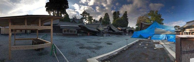 熊本県 阿蘇神社着  崩壊した社殿(;ω;) https://t.co/fq6cfXvI42
