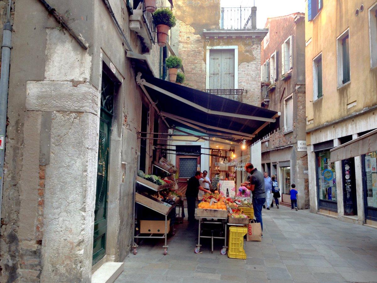 忘れないうちに…9月末、ヴェネツィア旅行でARIAの聖地巡りした。6巻表紙モデルの果物屋のおっちゃんが「またここで写真撮